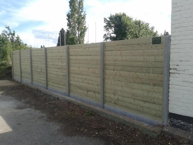 Massieve panelen met betonpalen